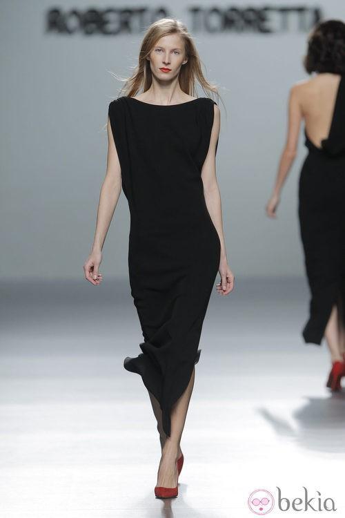 Vestido negro largo de la colección otoño/invierno 2013/2014 de Roberto Torretta en Madrid Fashion Week