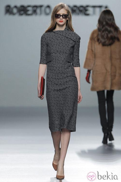 Vestido gris plomo de la colección otoño/invierno 2013/2014 de Roberto Torretta en Madrid Fashion Week
