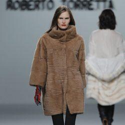 Abrigo de piel de la colección otoño/invierno 2013/2014 de Roberto Torretta en Madrid Fashion Week