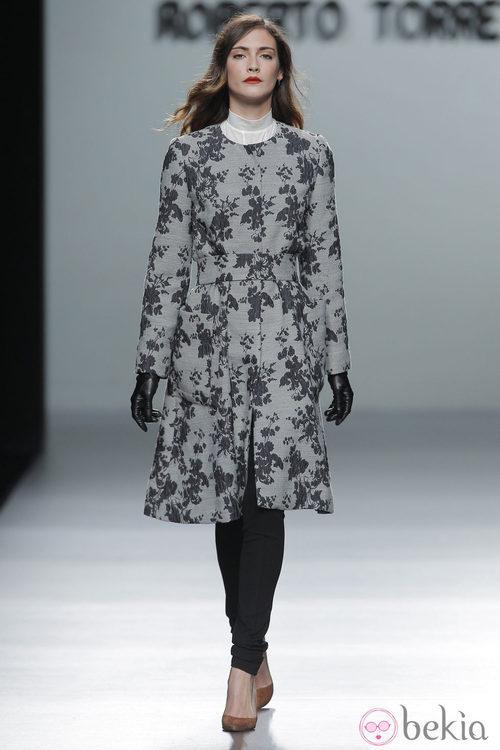 Abrigo de estampado floral de la colección otoño/invierno 2013/2014 de Roberto Torretta en Madrid Fashion Week