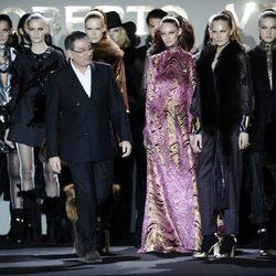 Roberto Verino saludando tras su desfile en Madrid Fashion Week otoño/invierno 2013/2014