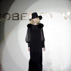 Vestido largo con mangas transparentes de la colección otoño/invierno 2013/2014 de Roberto Verino en Madrid Fashion Week