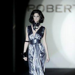 Vestido metalizado de la colección otoño/invierno 2013/2014 de Roberto Verino en Madrid Fashion Week