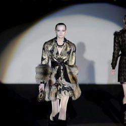 Abrigo metalizado con pieles de la colección otoño/invierno 2013/2014 de Roberto Verino en Madrid Fashion Week
