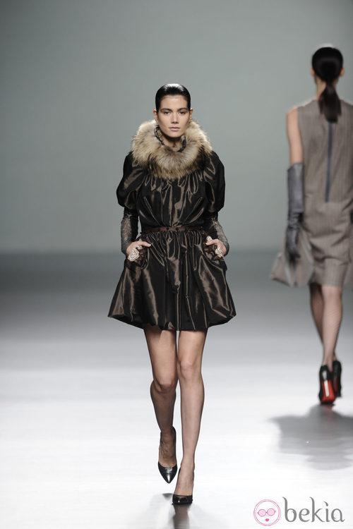 Abrigo ceñido a la cintura con cuello en piel de la colección otoño/invierno 2013/2014 de Victorio y Lucchino en Madrid Fashion Week