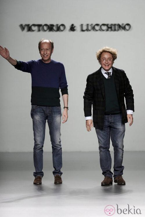 Victorio & Lucchino saludando tras su desfile Madrid Fashion Week otoño/invierno 2013/2014