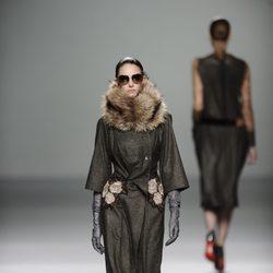 Abrigo con bordado de flores de la colección otoño/invierno 2013/2014 de Victorio y Lucchino en Madrid Fashion Week