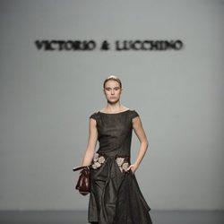 Vestido con bordado de flores de la colección otoño/invierno 2013/2014 de Victorio y Lucchino en Madrid Fashion Week