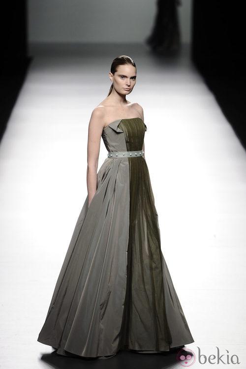 Vestido palabra de honor de la colección otoño/invierno 2013/2014 de Victorio & Lucchino en Madrid Fashion Week