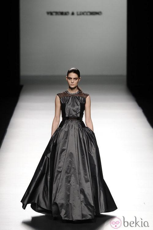 Vestido voluminoso de la colección otoño/invierno 2013/2014 de Victorio & Lucchino en Madrid Fashion Week