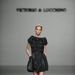 Vestido negro de cuero de la colección otoño/invierno 2013/2014 de Victorio y Lucchino en Madrid Fashion Week