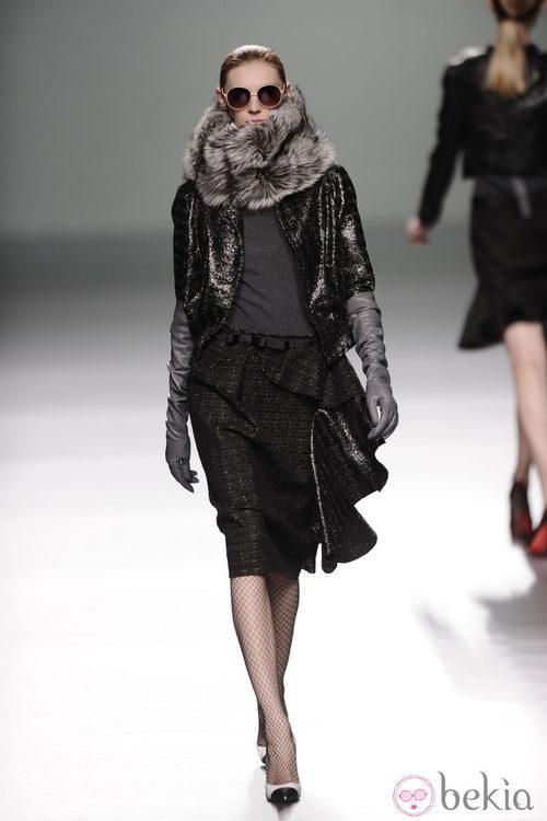 Falda negra con volantes de la colección otoño/invierno 2013/2014 de Victorio y Lucchino en Madrid Fashion Week