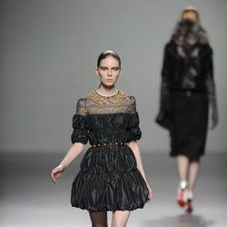 Vestido con cuello Peter Pan de la colección otoño/invierno 2013/2014 de Victorio y Lucchino en Madrid Fashion Week