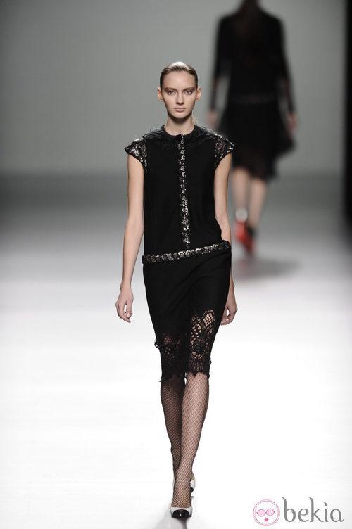 Vestido negro con encaje de la colección otoño/invierno 2013/2014 de Victorio y Lucchino en Madrid Fashion Week