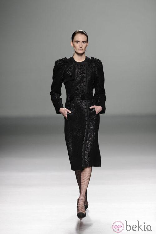 Vestido negro con hombros abultados de la colección otoño/invierno 2013/2014 de Victorio y Lucchino en Madrid Fashion Week