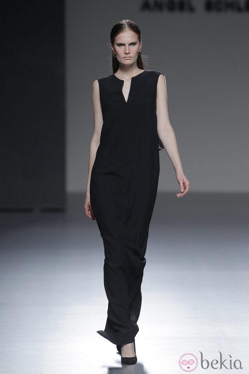 Vestido negro largo de la colección otoño/invierno 2013/2014 de Ángel Schlesser en Madrid Fashion Week