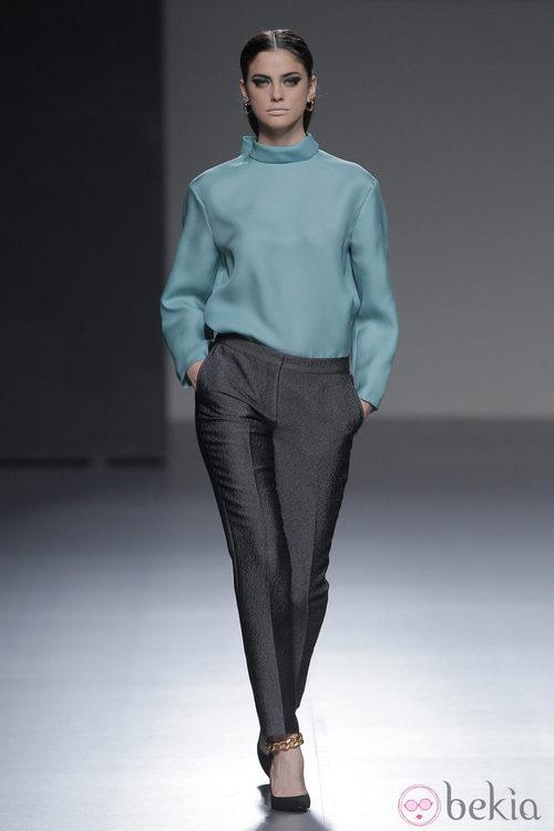 Pantalón gris brillante de la colección otoño/invierno 2013/2014 de Ángel Schlesser en Madrid Fashion Week