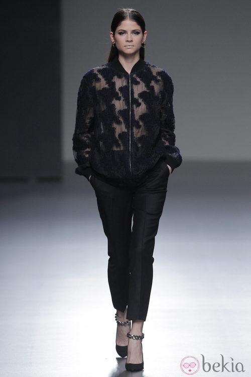 Camisa con transparencias de la colección otoño/invierno 2013/2014 de Ángel Schlesser en Madrid Fashion Week