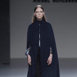 Capa azul petróleo de la colección otoño/invierno 2013/2014 de Ángel Schlesser en Madrid Fashion Week