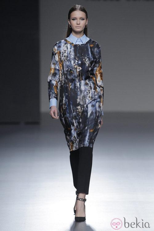 Vestido de seda con estampados de la colección otoño/invierno 2013/2014 de Ángel Schlesser en Madrid Fashion Week