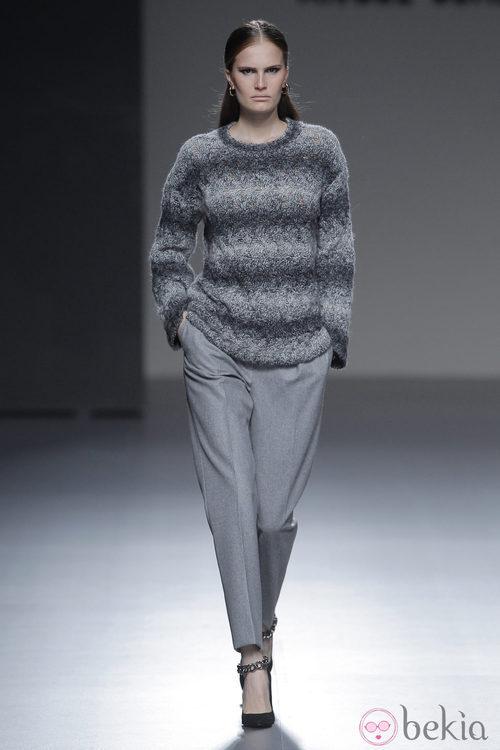 Jersey de rayas grises de la colección otoño/invierno 2013/2014 de Ángel Schlesser en Madrid Fashion Week