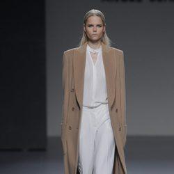 Abrigo largo camel de la colección otoño/invierno 2013/2014 de Ángel Schlesser en Madrid Fashion Week