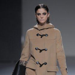 Trenca color camel de la colección otoño/invierno 2013/2014 de Ángel Schlesser en Madrid Fashion Week