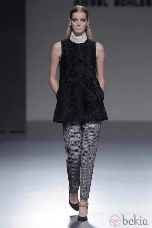 Pantalón negro con geometría de la colección otoño/invierno 2013/2014 de Ángel Schlesser en Madrid Fashion Week