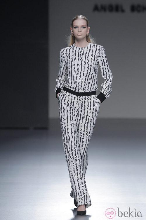 Mono blanco con geometrías negras de la colección otoño/invierno 2013/2014 de Ángel Schlesser en Madrid Fashion Week