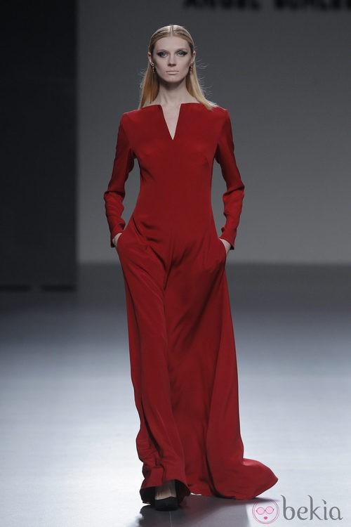 Vestido rojo largo de la colección otoño/invierno 2013/2014 de Ángel Schlesser en Madrid Fashion Week