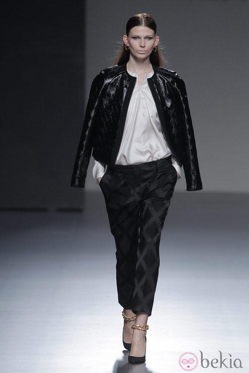 Combinación de negro y blanco de la colección otoño/invierno 2013/2014 de Ángel Schlesser en Madrid Fashion Week