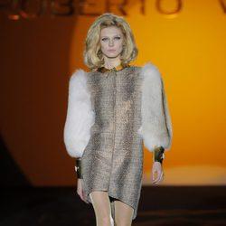 Vestido con manga de pieles de la colección otoño/invierno 2013/2014 de Roberto Verino en Madrid Fashion Week