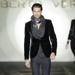 Americana de terciopelo de caballero de la colección otoño/invierno 2013/2014 de Roberto Verino en Madrid Fashion Week
