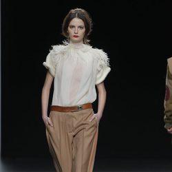 Camisa blanca con plumas de la colección otoño/invierno 2013/2014 de Ion Fiz en Madrid Fashion Week
