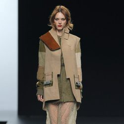Abrigo con superposiciones de la colección otoño/invierno 2013/2014 de Ion Fiz en Madrid Fashion Week