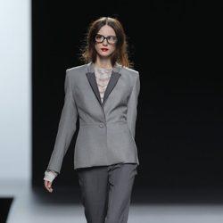 Traje gris de la colección otoño/invierno 2013/2014 de Ion Fiz en Madrid Fashion Week