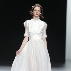 Vestido blanco plisado de la colección otoño/invierno 2013/2014 de Ion Fiz en Madrid Fashion Week