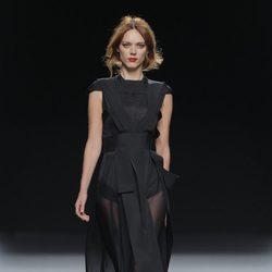 Vestido negro con transparencias otoño/invierno 2013/2014 de Ion Fiz en Madrid Fashion Week