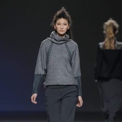 Jersey gris con detalles verdes de la colección otoño/invierno 2013/2014 de Sara Coleman en Madrid Fashion Week