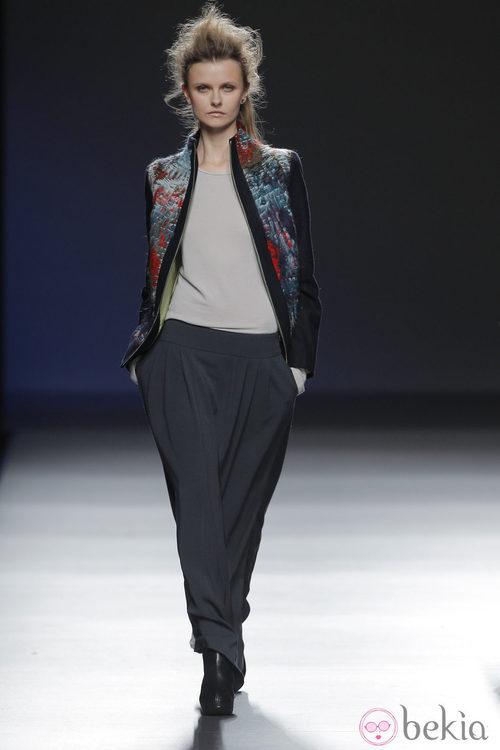 Chaqueta étnica de la colección otoño/invierno 2013/2014 de Sara Coleman en Madrid Fashion Week