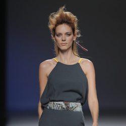 Vestido gris plomo de la colección otoño/invierno 2013/2014 de Sara Coleman en Madrid Fashion Week