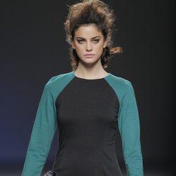 Vestido bicolor negro y verde de la colección otoño/invierno 2013/2014 de Sara Coleman en Madrid Fashion Week