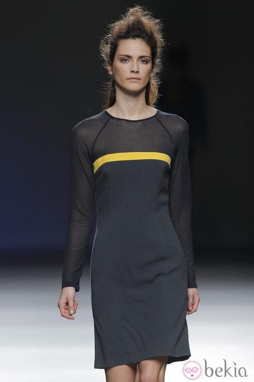 Vestido negro con raya amarilla de la colección otoño/invierno 2013/2014 de Sara Coleman en Madrid Fashion Week
