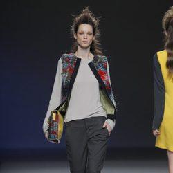Chaleco étnico de la colección otoño/invierno 2013/2014 de Sara Coleman en Madrid Fashion Week