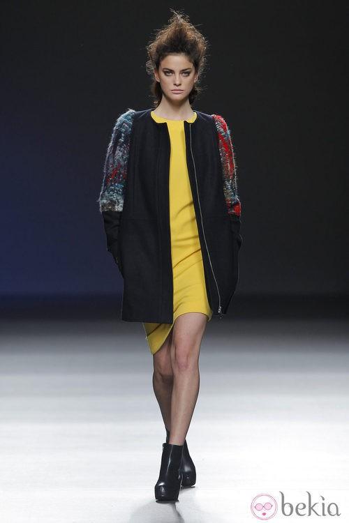 Vestido amarillo con abrigo étnico de la colección otoño/invierno 2013/2014 de Sara Coleman en Madrid Fashion Week