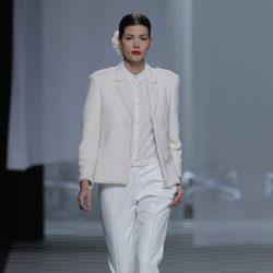Traje de chaqueta blanco de la colección otoño/invierno 2013/2014 de David Delfín en Madrid Fashion Week