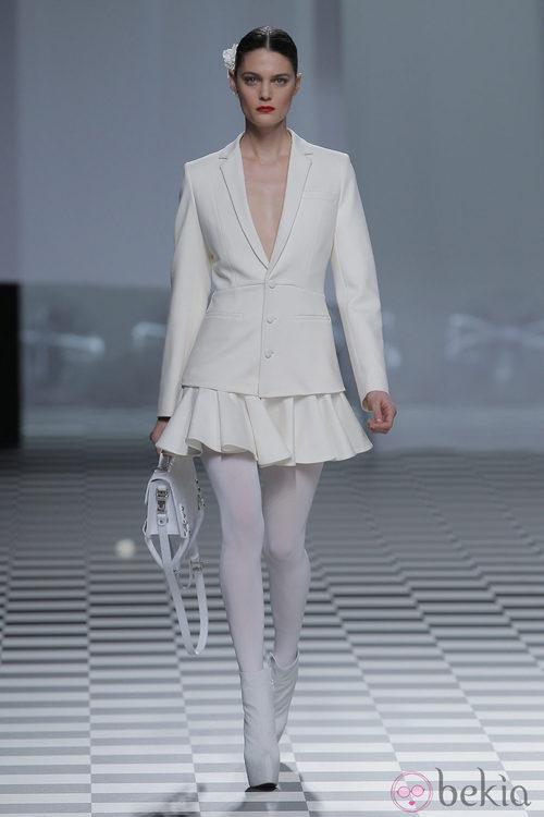 Americana con minifalda blanca de la colección otoño/invierno 2013/2014 de David Delfín en Madrid Fashion Week