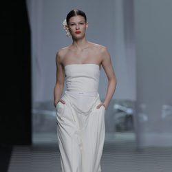 Mono palabra de honor blanco de la colección otoño/invierno 2013/2014 de David Delfín en Madrid Fashion Week