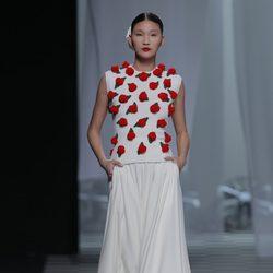 Cuerpo con flores rojas de la colección otoño/invierno 2013/2014 de David Delfín en Madrid Fashion Week