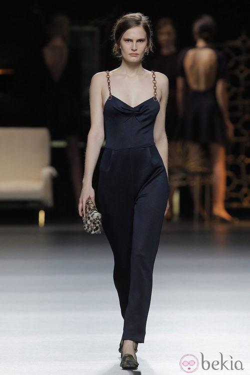 Mono negro de tirantes de la colección otoño/invierno 2013/2014 de Juanjo Oliva en Madrid Fashion Week